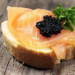 سرو خاویار ایران با ماهی سالمون